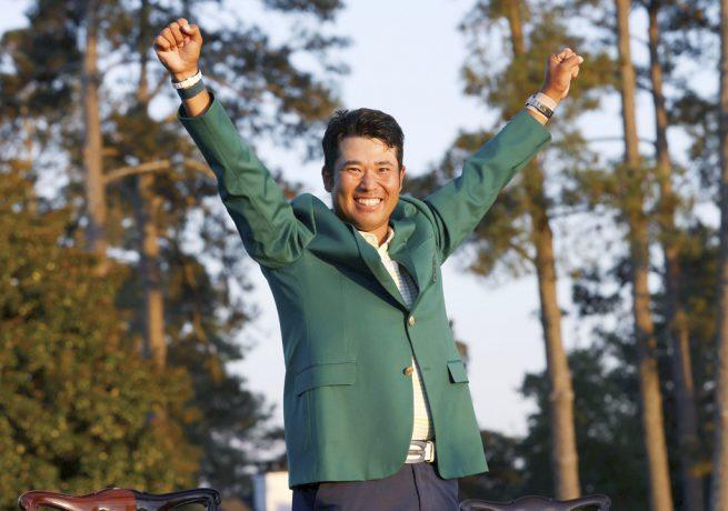 米ゴルフのマスターズ・トーナメントで、日本男子初のメジャー制覇を果たし、グリーンジャケットを着て両手を上げる松山英樹